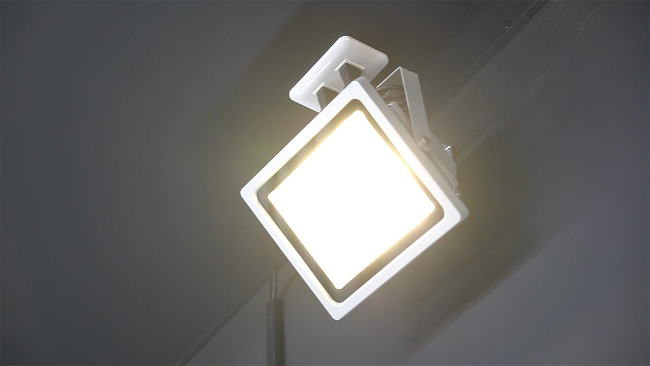 スポットライトと蛍光灯